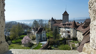 From the city wall, a view over the roofs of Murten and Murten Castle.