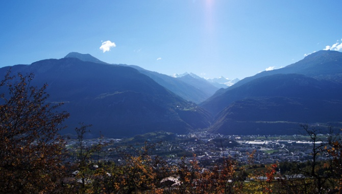 Top Panorama. Blick über Sierre hinein ins Val d'Anniviers.