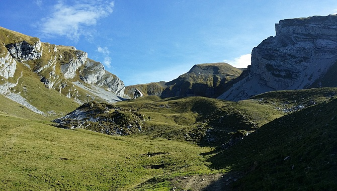 Coming down from the Hinter Jochli Saddle