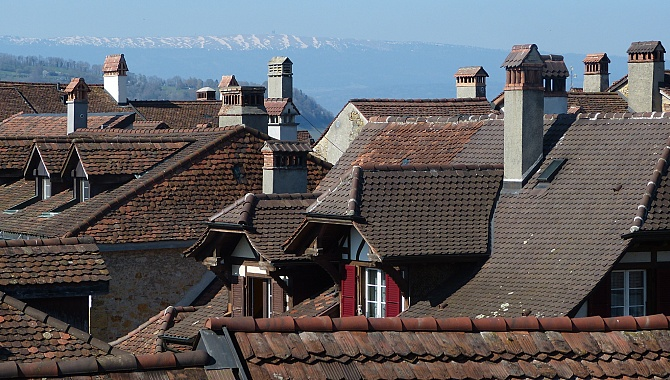 From the city wall, a view over the roofs of Murten.