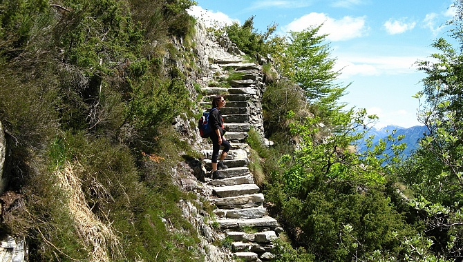 Hiking from Monte Comino toward Intragna along the cliffs.
