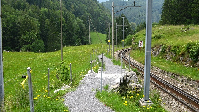 The path follows the railway line near the Brünig Pass