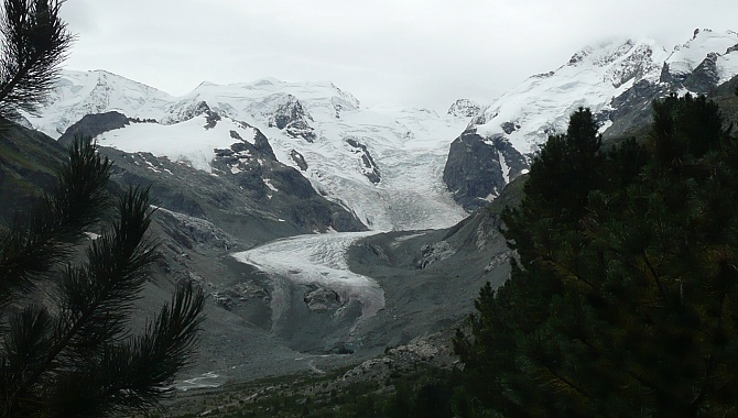 Early on in the hike you walk toward the glacier tongue. (Piz Palü on the left, Piz Bernina on the right)