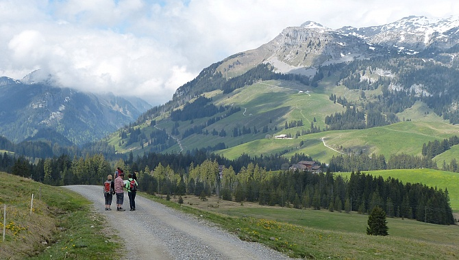 Walking toward Schrattenfluh and Hohgant