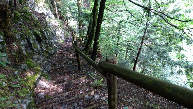 A very nicely laid out trail descends into the gorge