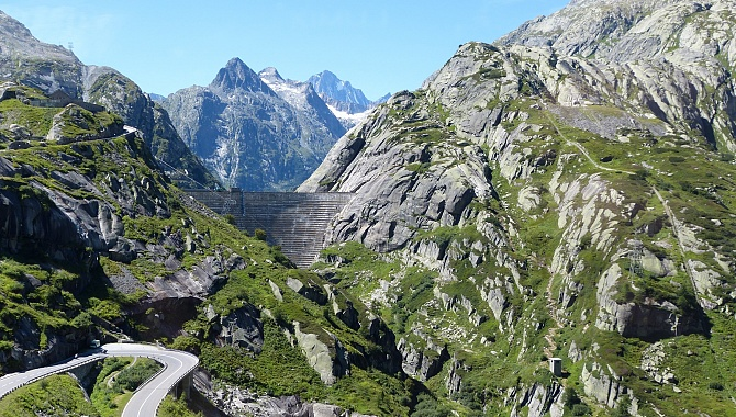 On the approach to the Grimsel Hospiz by bus, this is what the dam looks like