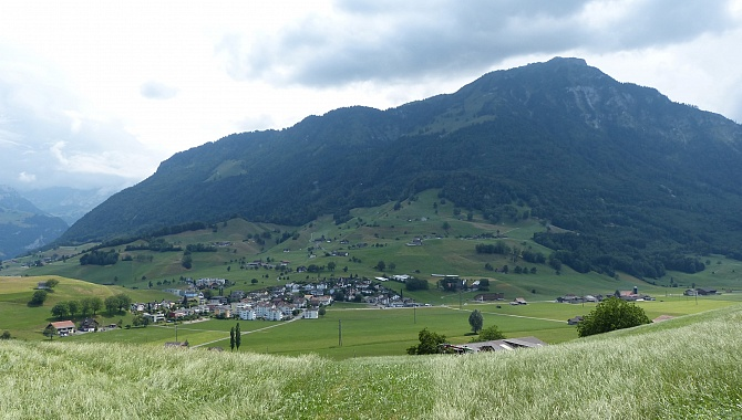 A short section heads East toward Ennetmoos with a view ouf Mount Stanserhorn